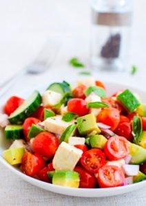 Ensalada de tomate, pepino, queso de capas y aguacate