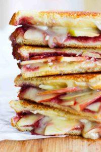 Grilled Sandwich de Manzana, Frambuesa y Queso Panela