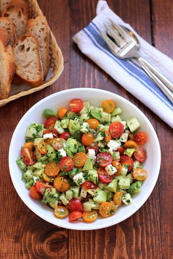 Ensalada de tomate, pepino, aguacate y queso de capas