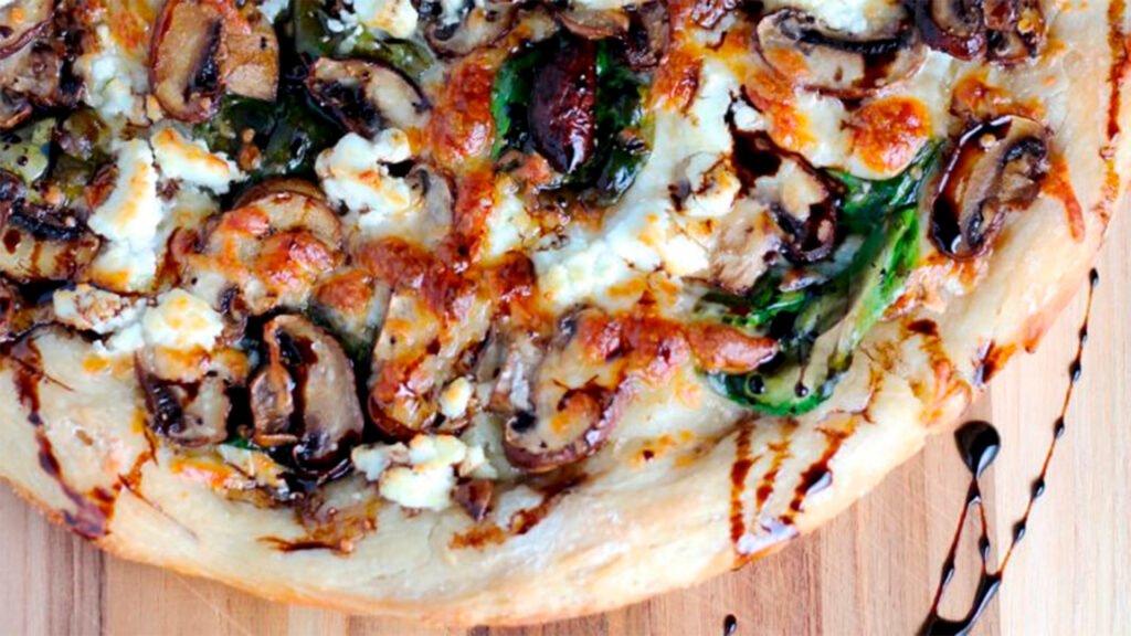 Pizza de Champiñones, Ricotta Trebolac y Vinagre balsámico
