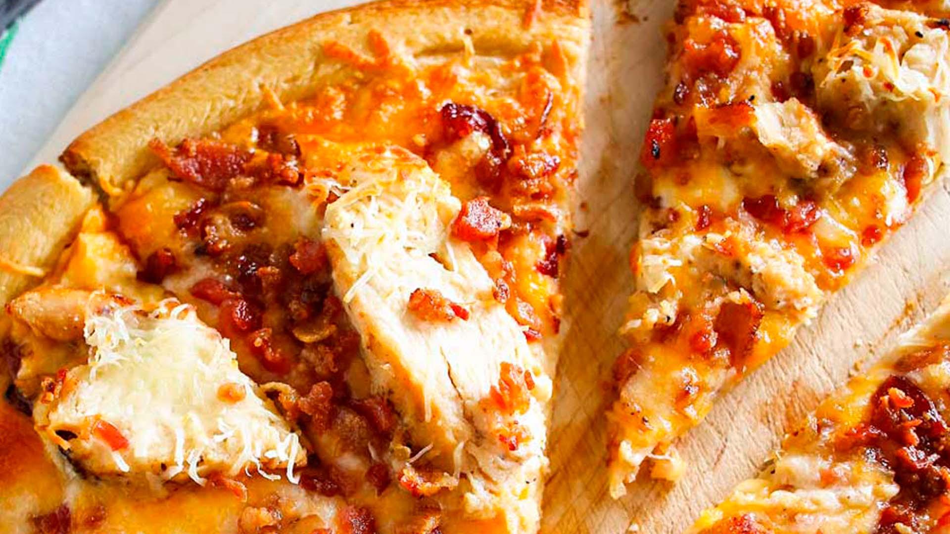 Pizza de pollo y tocino